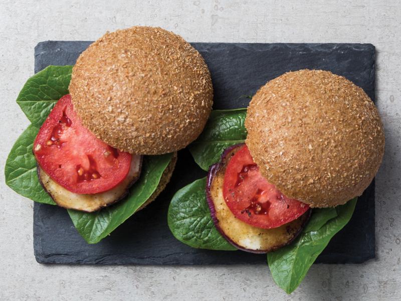 SÁNDWICH DE BERENJENA Y PORTOBELLO   Una opción deliciosa para todos los vegetarianos.