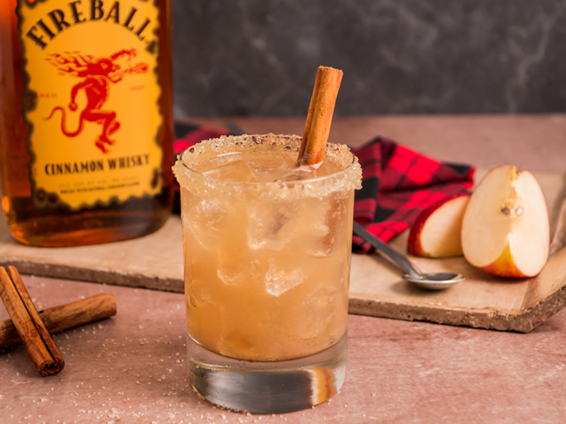 PIE DE MANZANA EN LAS ROCAS | Un cocktail especial para entrar en el calor de la época navideña.