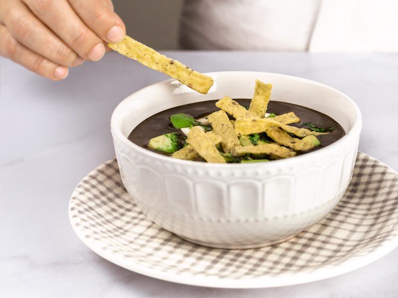 SOPA DE FRIJOL CON TORTITIRAS® ¡YAESTÁ!®   Un sabor delicioso con un crunch especial.