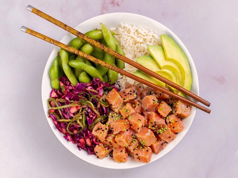 POKE BOWL DE SALMÓN   Proteína, carbohidratos y vegetales en un mismo plato.