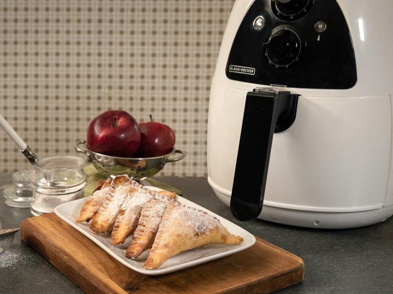 Pies de Manzana Fritos sin Aceite ¡cero culpa!    Con la freidora de aire Purifry® de BLACK+DECKER® puedes hacer esta y muchas más recetas deliciosas ¡sin culpa!