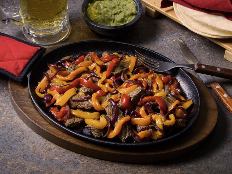 FAJITAS DE CARNE   La mezcla perfecta de carne y vegetales para comer con tortillas.